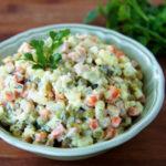 Салат Оливье классический рецепт с колбасой и солеными огурцами