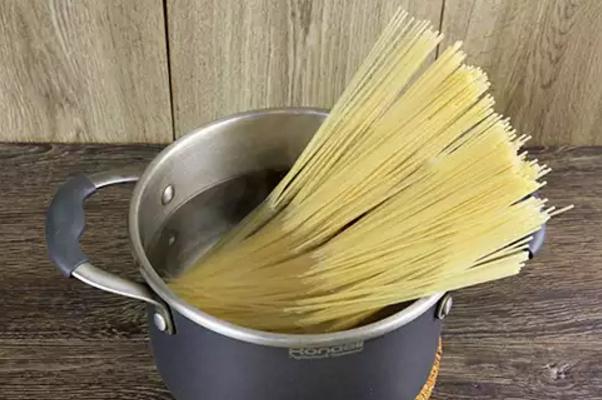 pasta-karbonara-recept-s-bekonom-i-slivkami