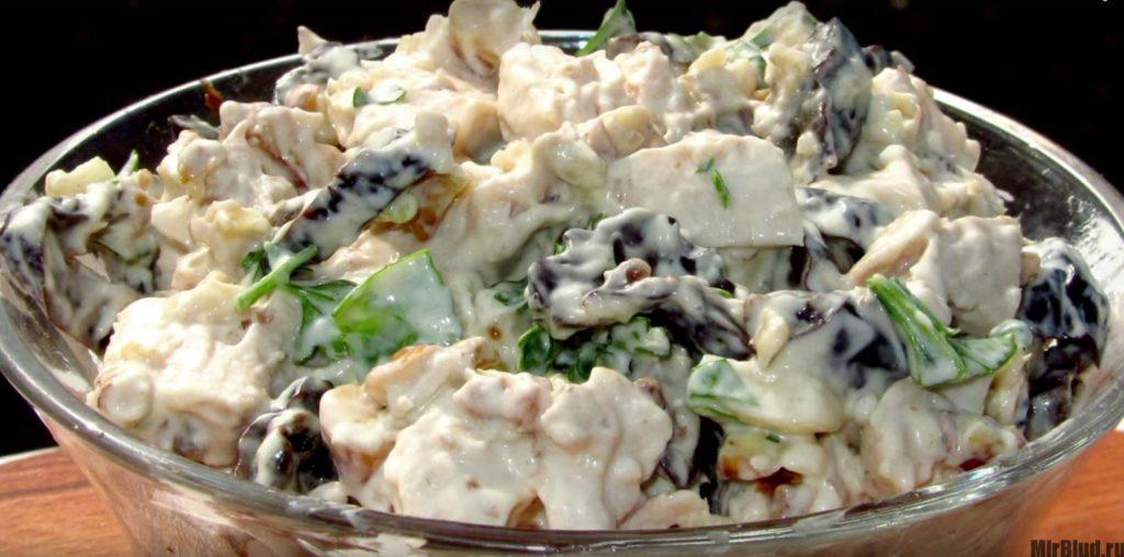 Салат с шампиньонами и черносливом и курицей и огурцом